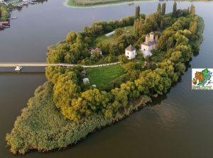 Vedere de ansamblu a Insulei unde este Mănăstirea Vlad Țepeș
