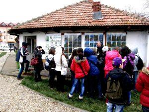 Vizitatori ascultând prezentările ghidului despre una din Colecțiile Muzeale Snagov