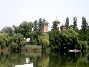 Vedere de ansamblu a Insulei si a Bisericii de pe Lacul Snagov