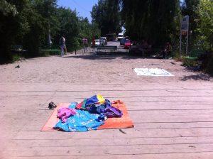 Hainele lăsate pe mal de înotători....